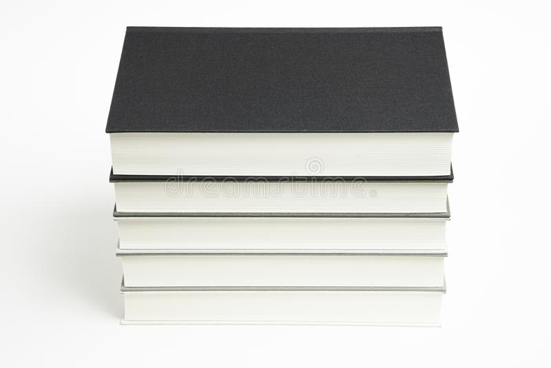 一套整洁地被堆积的单色布料精装书 免版税库存照片