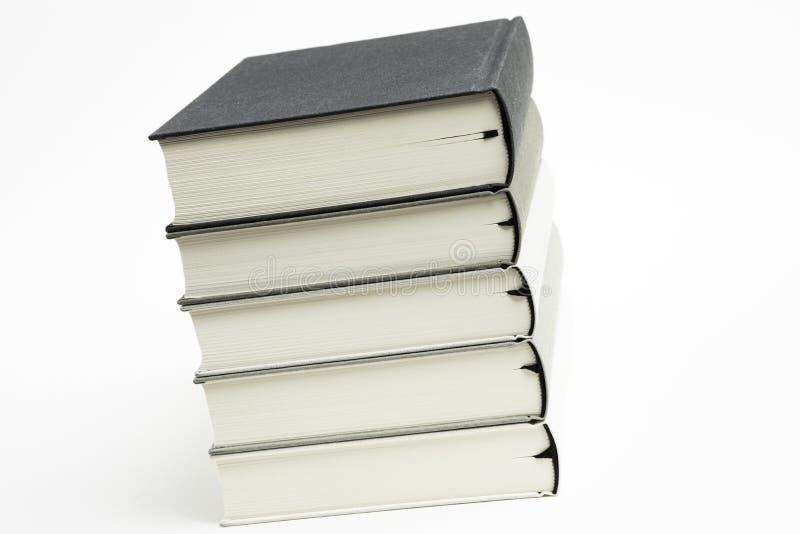 一套整洁地被堆积的单色布料精装书 免版税库存图片