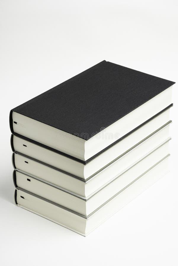 一套整洁地被堆积的单色布料精装书 库存图片