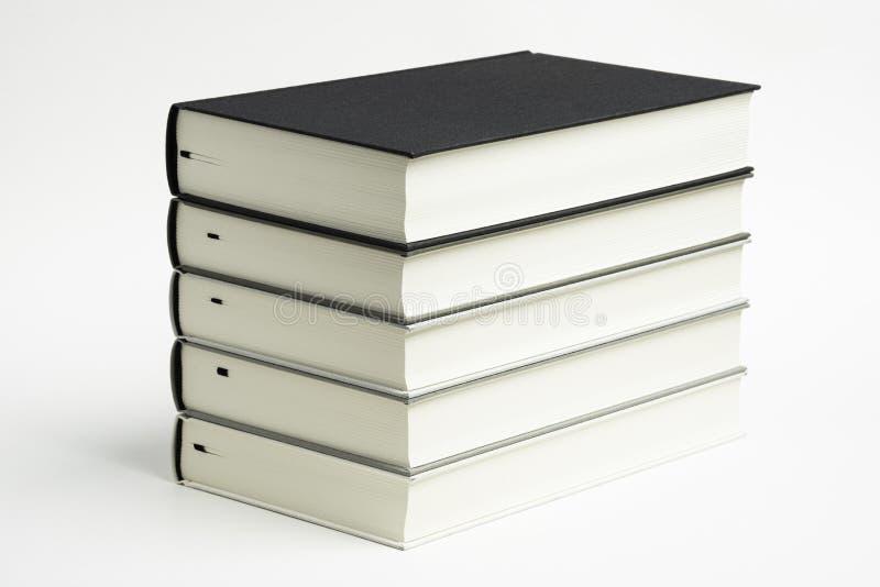 一套整洁地被堆积的单色布料精装书 图库摄影