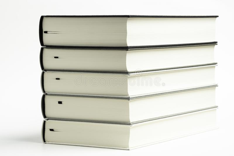 一套整洁地被堆积的单色布料精装书 库存照片