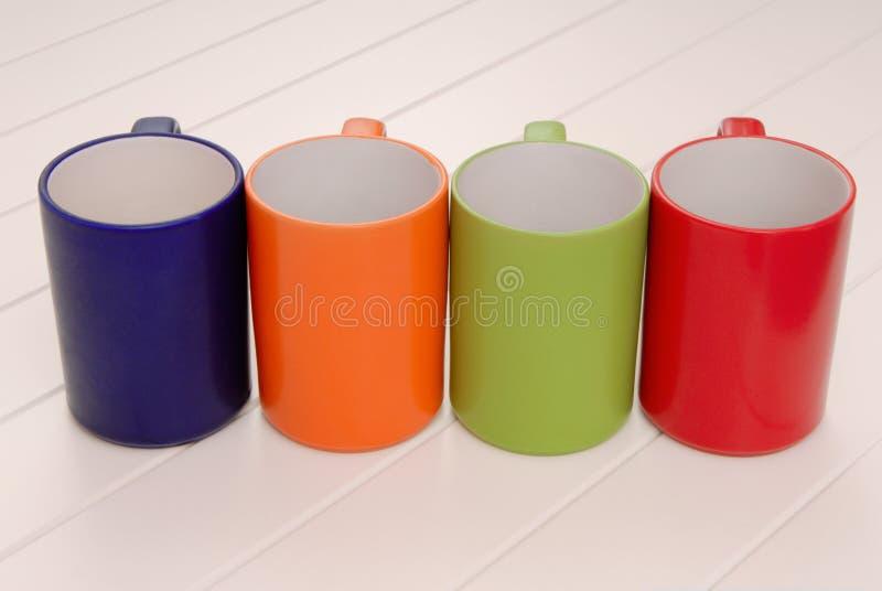 一套杯子,五颜六色的杯子的分类,红色,绿色,蓝色或者 库存照片