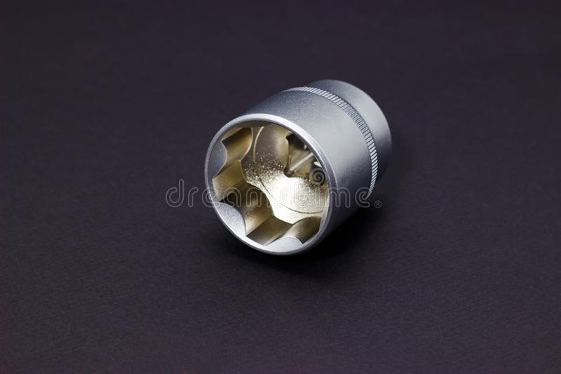 一套松开的螺丝、螺栓和坚果工具头在黑暗的背景 免版税图库摄影
