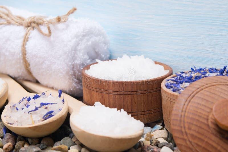 一套温泉做法的不同的盐,与花气味  免版税库存照片