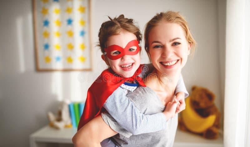 一套特级英雄服装的儿童女孩有面具和红色斗篷的 免版税图库摄影