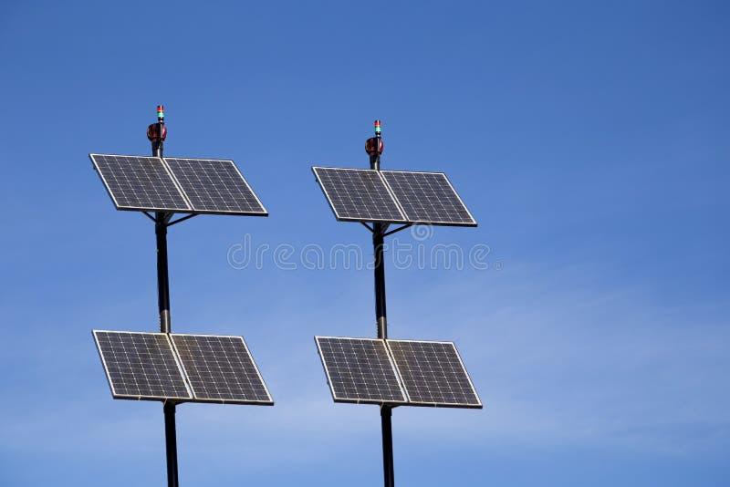 一套环境太阳电池板杆有蓝天背景 免版税库存图片