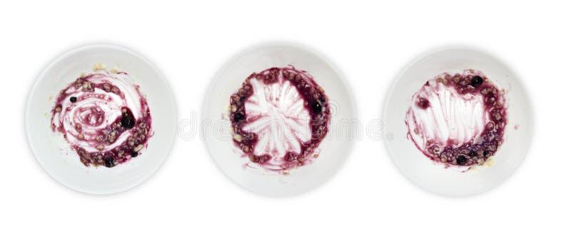 一套白色板材用粥和蓝莓阻塞在白色背景隔绝的残羹剩饭 Messthetics审美概念 一pho 库存图片