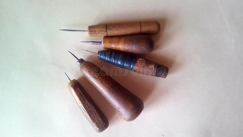 一套的特写镜头五把锥子 有木把柄的老工具在轻的背景 免版税图库摄影