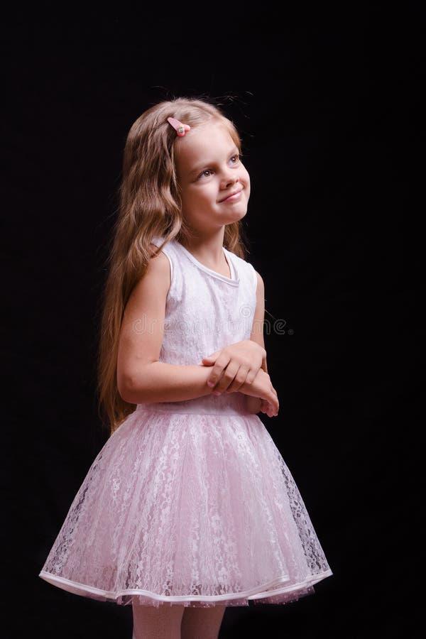 一套美好的白色服装的五年女孩 库存图片