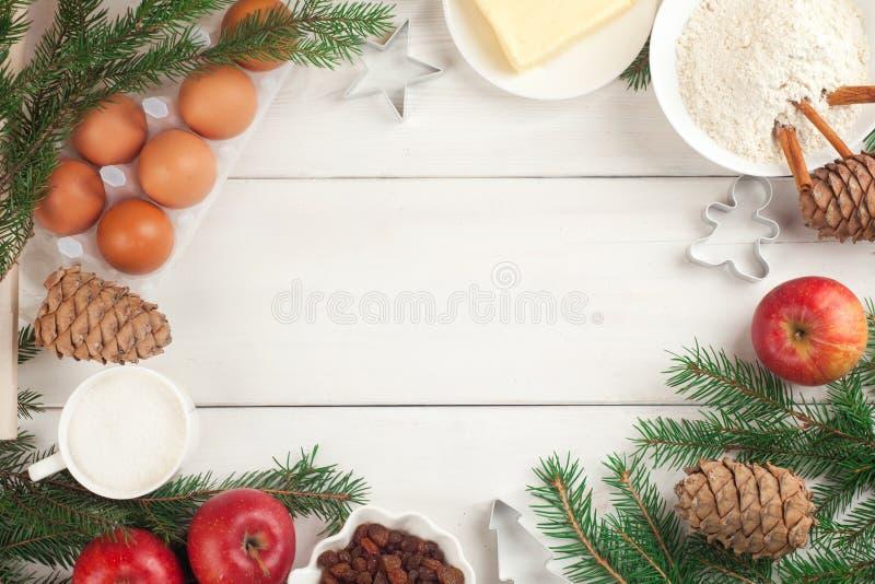 一套苹果饼的成份以在白色木背景的一个框架的形式 苹果、糖、香料、鸡蛋和黄油 免版税图库摄影