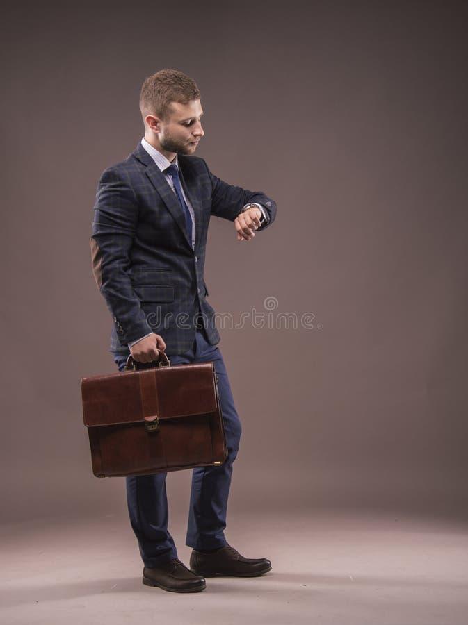 一套衣服的典雅的人与公文包 免版税库存图片