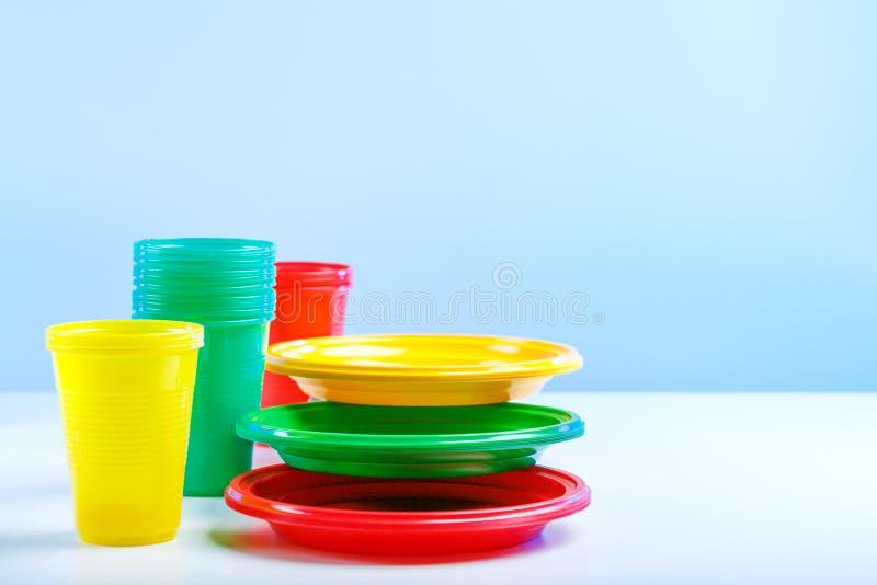 一套野餐的塑料盘 库存图片