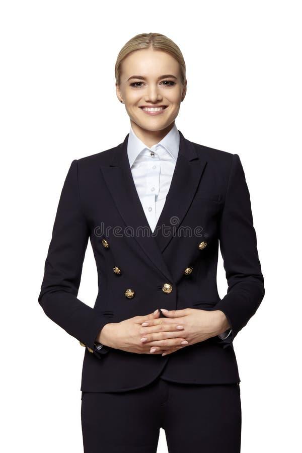 一套黑暗的西装的快乐的年轻女人 免版税库存图片