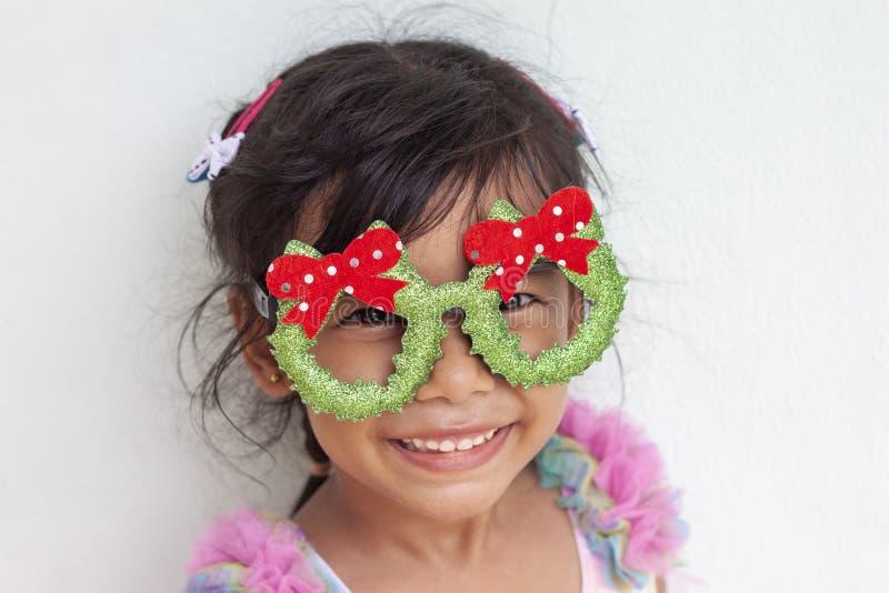 一女孩微笑愉快对圣诞节 免版税库存照片
