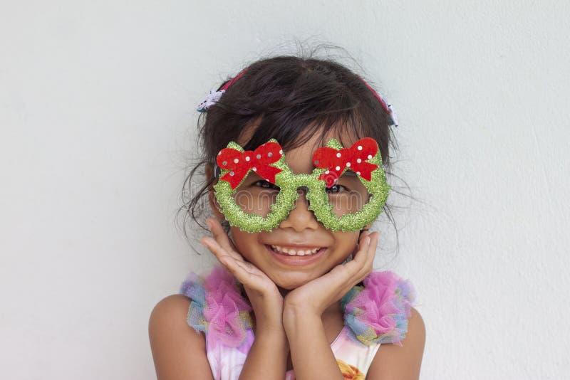 一女孩微笑愉快对圣诞节 库存图片