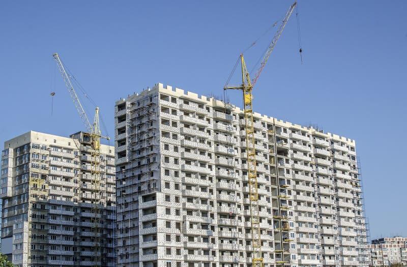 一定数量的大厦被修建白色砖 免版税库存照片