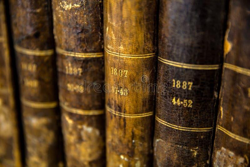 一定数量的非常旧书特写镜头  免版税图库摄影