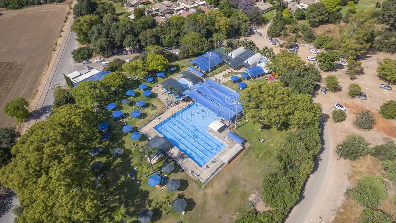 一家乡村俱乐部的鸟瞰图与蓝色游泳池的 免版税库存照片