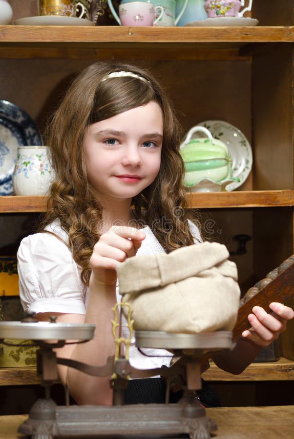 一家古董店的女孩 库存图片