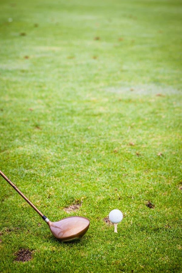 Download 一家司机俱乐部和高尔夫球在领域 库存图片. 图片 包括有 高尔夫球, 金属, 执行, 详细资料, 俱乐部 - 62528693
