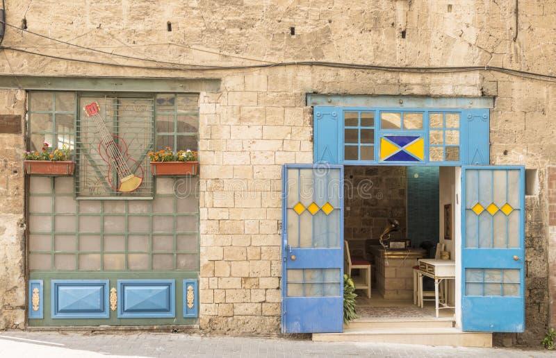 一家小礼品店街道和房子在特拉维夫 库存照片
