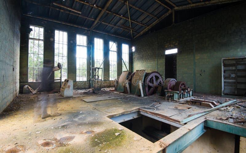 一家离开的被放弃的工厂的内部 免版税库存照片