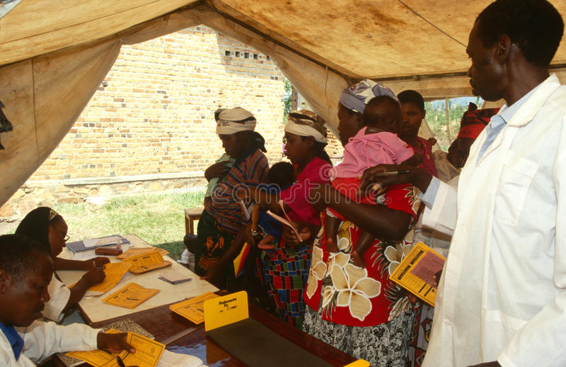 一家移动诊所的,卢旺达母亲和婴孩 库存照片