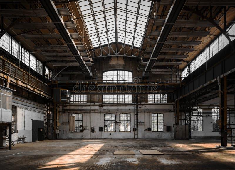 一家老工厂的工业内部 免版税图库摄影