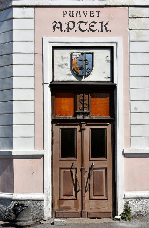 一家老药房的门在parnu,爱沙尼亚的 库存照片