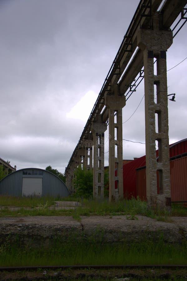 一家老被放弃的工厂的高具体支架 ?? 库存图片