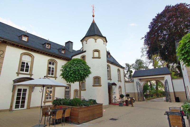一家舒适旅馆,一座城堡的内部庭院,在卢森堡 免版税库存图片