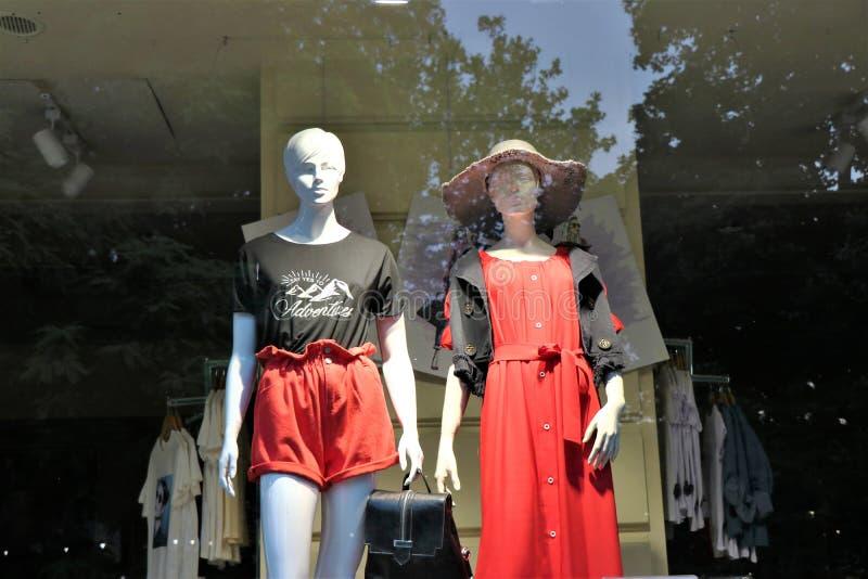 一家衣裳商店的陈列室有时装模特的穿戴与时尚衣裳 免版税图库摄影