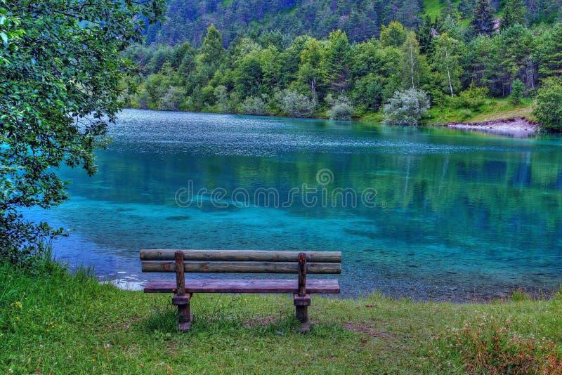 一家银行在绿松石蓝色湖 库存图片