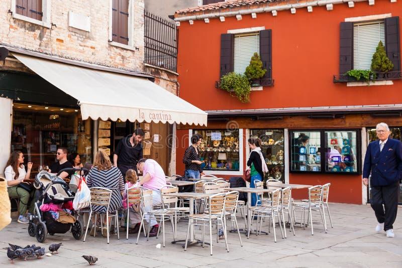 一家餐馆的人们在威尼斯美丽如画的街道上  免版税库存照片
