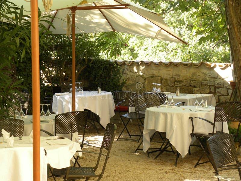一家餐馆的夏天大阳台在普罗旺斯 库存图片