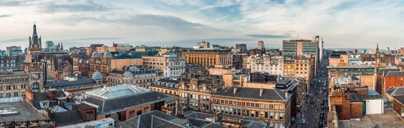 一宽全景看在老和新的大厦和街道在格拉斯哥市中心 苏格兰,英国 免版税图库摄影