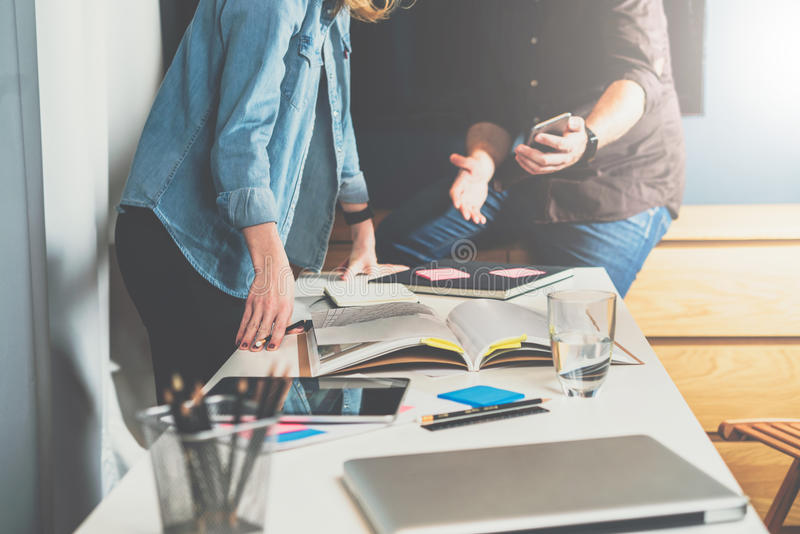 一对一的集会 企业生意人cmputer服务台膝上型计算机会议微笑的联系与使用妇女 配合 显示关于智能手机屏幕的人妇女信息 免版税图库摄影