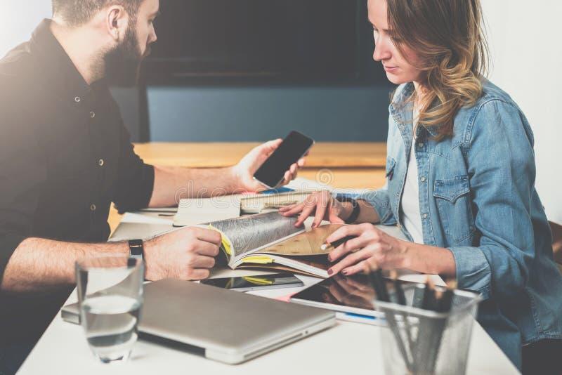 一对一的集会 企业生意人cmputer服务台膝上型计算机会议微笑的联系与使用妇女 配合 坐在桌上的商人和女实业家 人smartphone使用 库存照片