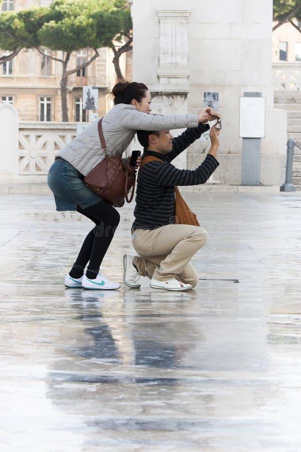 一对亚洲夫妇在度假在一起拍照片的罗马 免版税库存照片