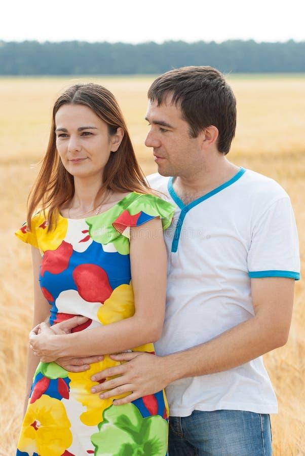 一对典雅的年轻美好的夫妇的画象 免版税库存图片
