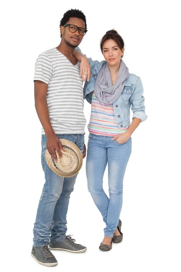 一对凉快的年轻夫妇的全长画象 免版税图库摄影