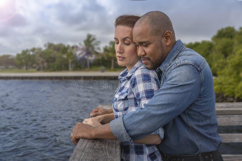 一对多种族夫妇看在码头 图库摄影
