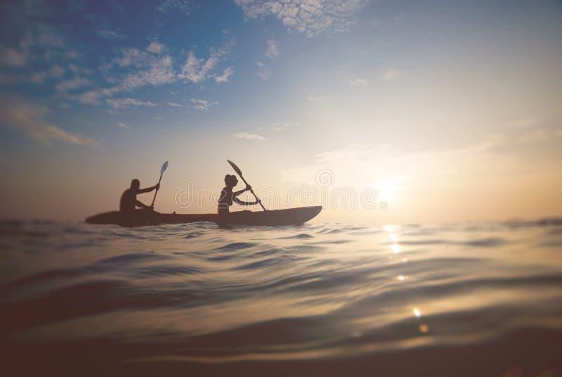 一对夫妇的剪影在小船的 免版税图库摄影