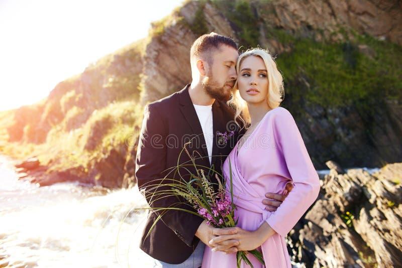 一对夫妇的画象在爱特写镜头的在日落的一美好的好日子 爱情感和拥抱在阳光下 白肤金发的妇女和人 库存照片