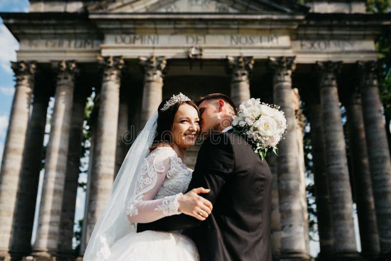 一对婚姻的夫妇的令人惊讶的画象在老城堡附近的 图库摄影