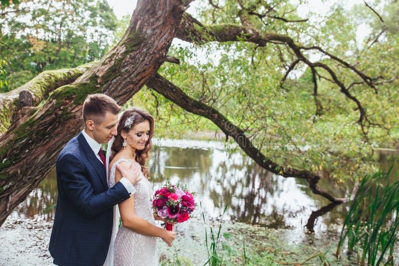 一对年轻夫妇的肉欲的画象 室外婚礼的照片 免版税库存图片