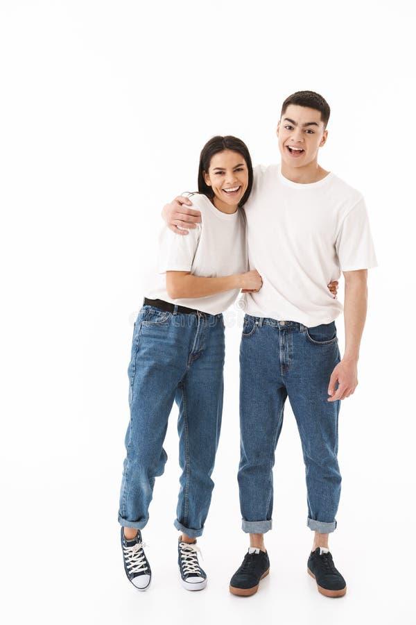 一对年轻有吸引力的夫妇的全长画象 免版税库存照片