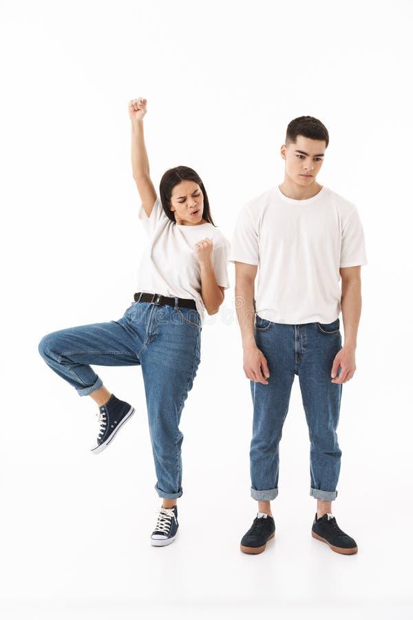 一对年轻有吸引力的夫妇的全长画象 免版税图库摄影