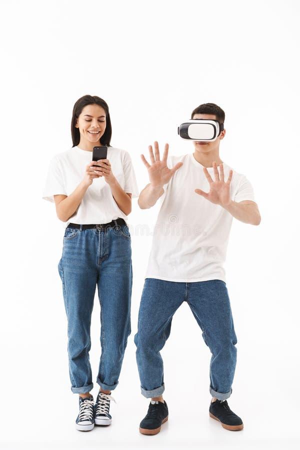 一对年轻有吸引力的夫妇的全长画象 图库摄影
