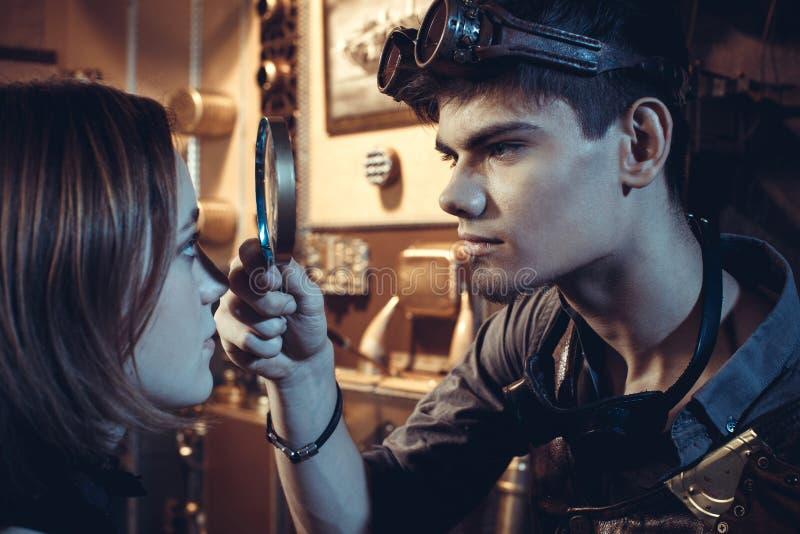 一对年轻美好的爱恋的夫妇的画象在steampunk样式的 免版税图库摄影